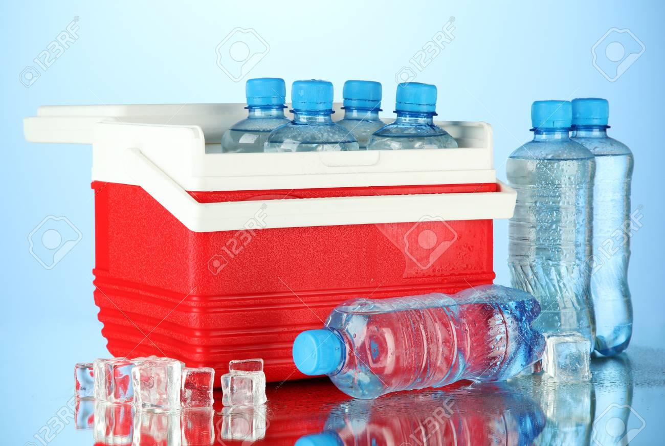 Kühlschrank Organizer Flaschen : Reisen kühlschrank mit flaschen wasser und eiswürfeln auf blauem