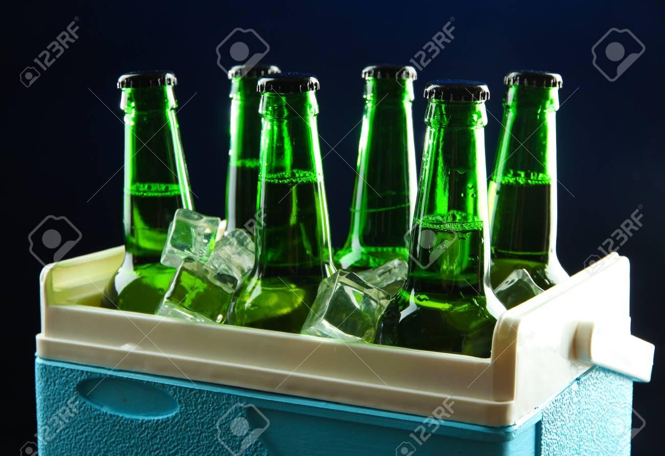 Mini Kühlschrank Für Bier : Flaschen bier mit eiswürfeln in mini kühlschrank auf dunkelblauem