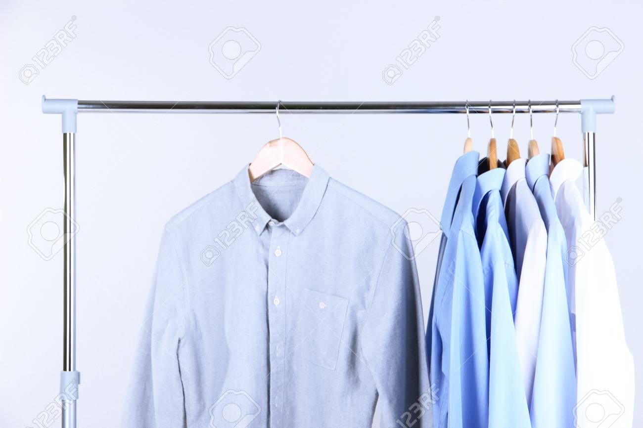 Bureau les vêtements pour hommes sur des cintres sur grise banque
