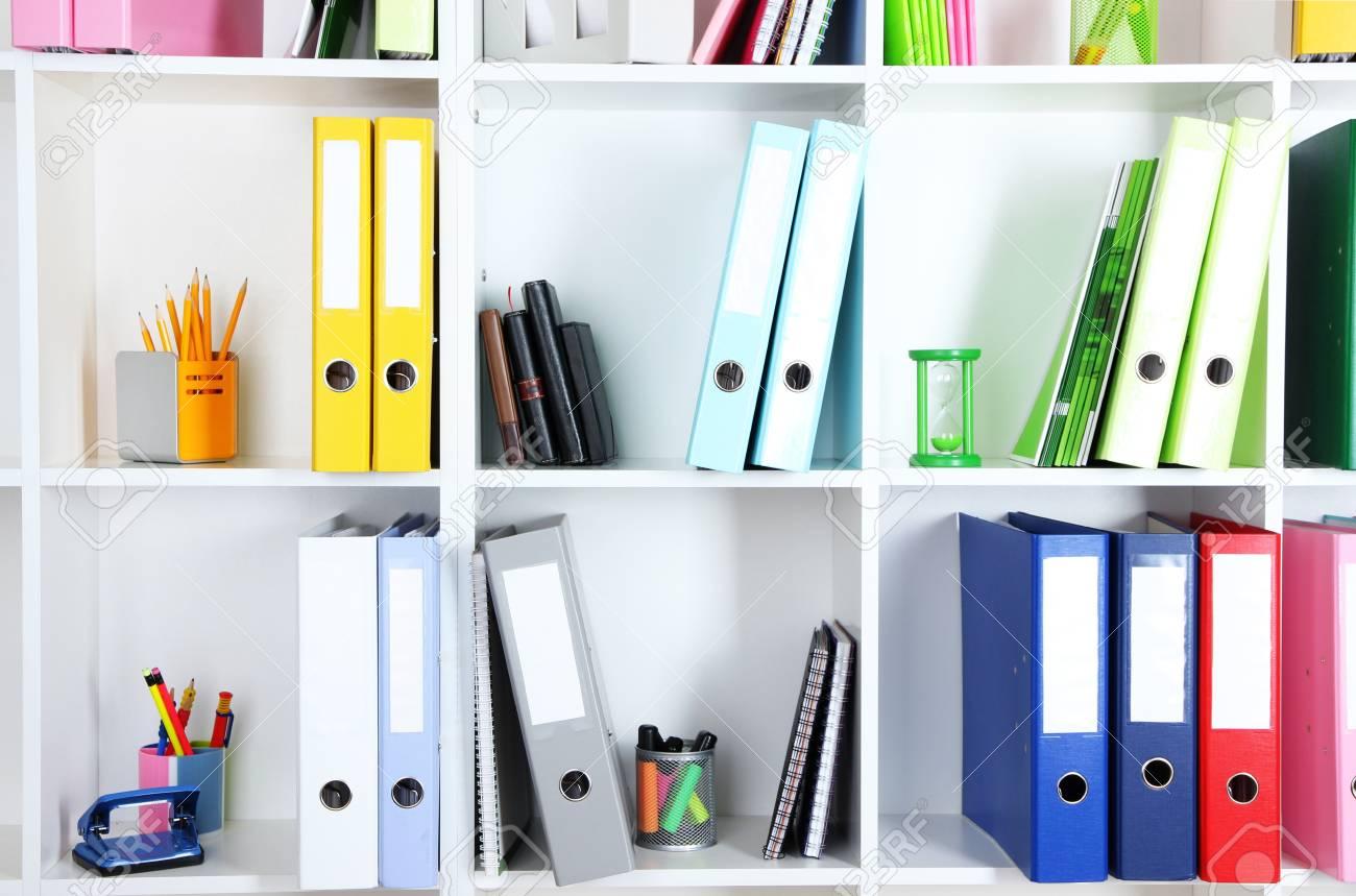 Weiss Buro Regale Mit Ordnern Und Andere Schreibwaren Close Up