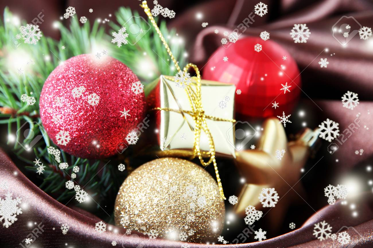 Schöne Weihnachtsdekor Auf Braunem Satin-Tuch Lizenzfreie Fotos ...