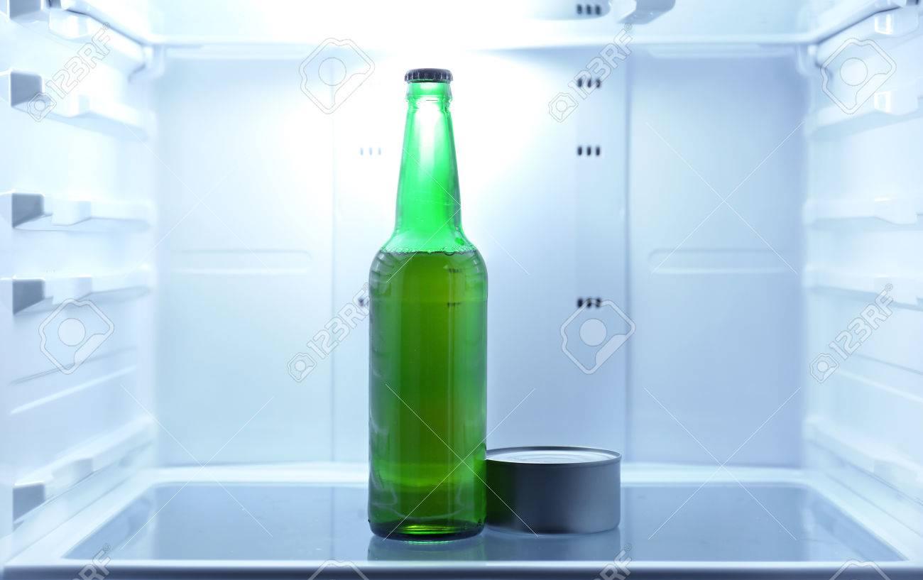 Kühlschrank Dosen : Eine flasche bier und dosen tune in offenen leeren kühlschrank