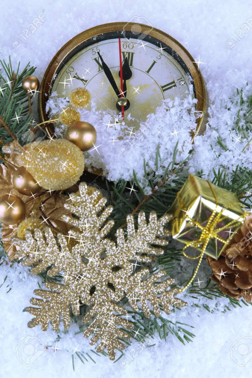 Horloge Avec Des Branches De Sapin Et Des Decorations De Noel Sous La Neige Pres Banque D Images Et Photos Libres De Droits Image 24596374