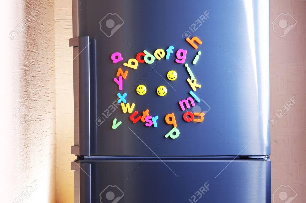 Kühlschrank Uhr Magnetisch : Bunte magnetische buchstaben auf kühlschrank lizenzfreie fotos
