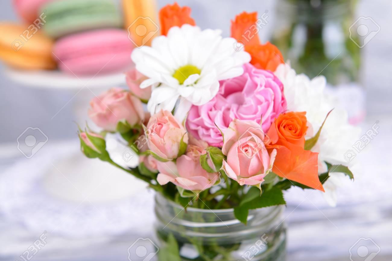 Schoner Blumenstrauss Der Bunten Blumen Im Glas Auf Tisch Auf Grauem Hintergrund Lizenzfreie Fotos Bilder Und Stock Fotografie Image 27770554
