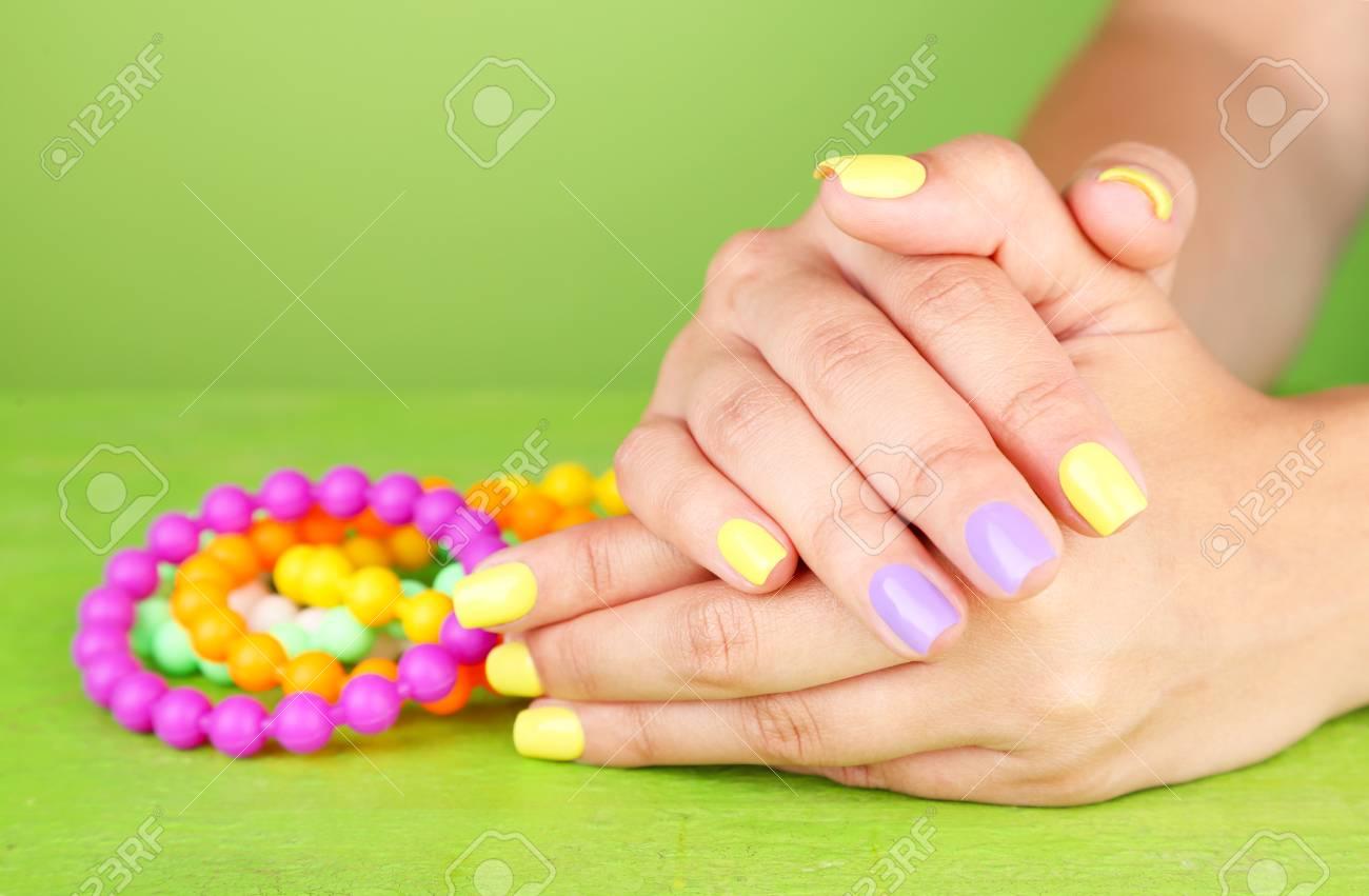 Mano Femenina Con Uñas De Colores Elegantes, Sobre Fondo De Color ...