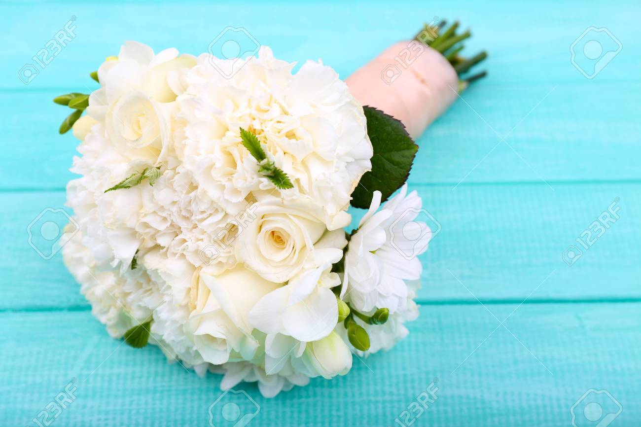 Schone Hochzeitsstrauss Auf Holzuntergrund Lizenzfreie Fotos Bilder