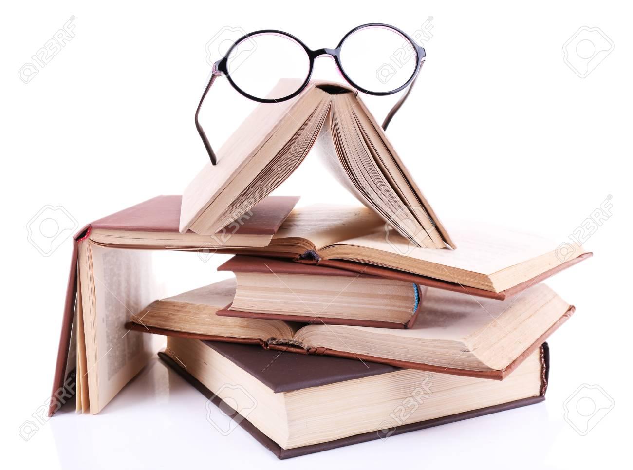 Livres En Désordre Et Des Lunettes Isolé Sur Blanc Banque D'Images Et  Photos Libres De Droits. Image 32891994.