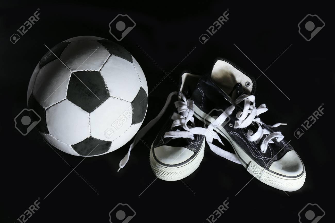 Zapatillas Y En Fútbol Deporte De El Fondo Balón Negro N0w8vnmO
