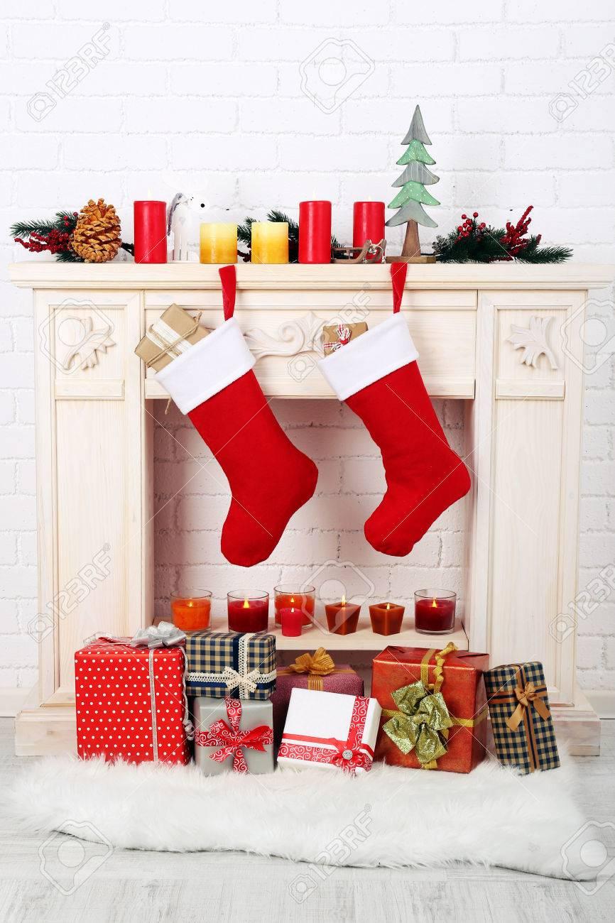 Weihnachten Socken Hängen An Kamin Lizenzfreie Fotos, Bilder Und ...
