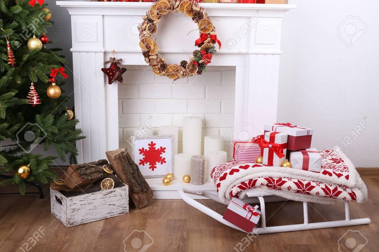 """Sapin De Noel Sur Le Mur cheminée de noël décoré près de sapin avec l'inscription """"joyeux noël"""" sur  mur blanc fond"""