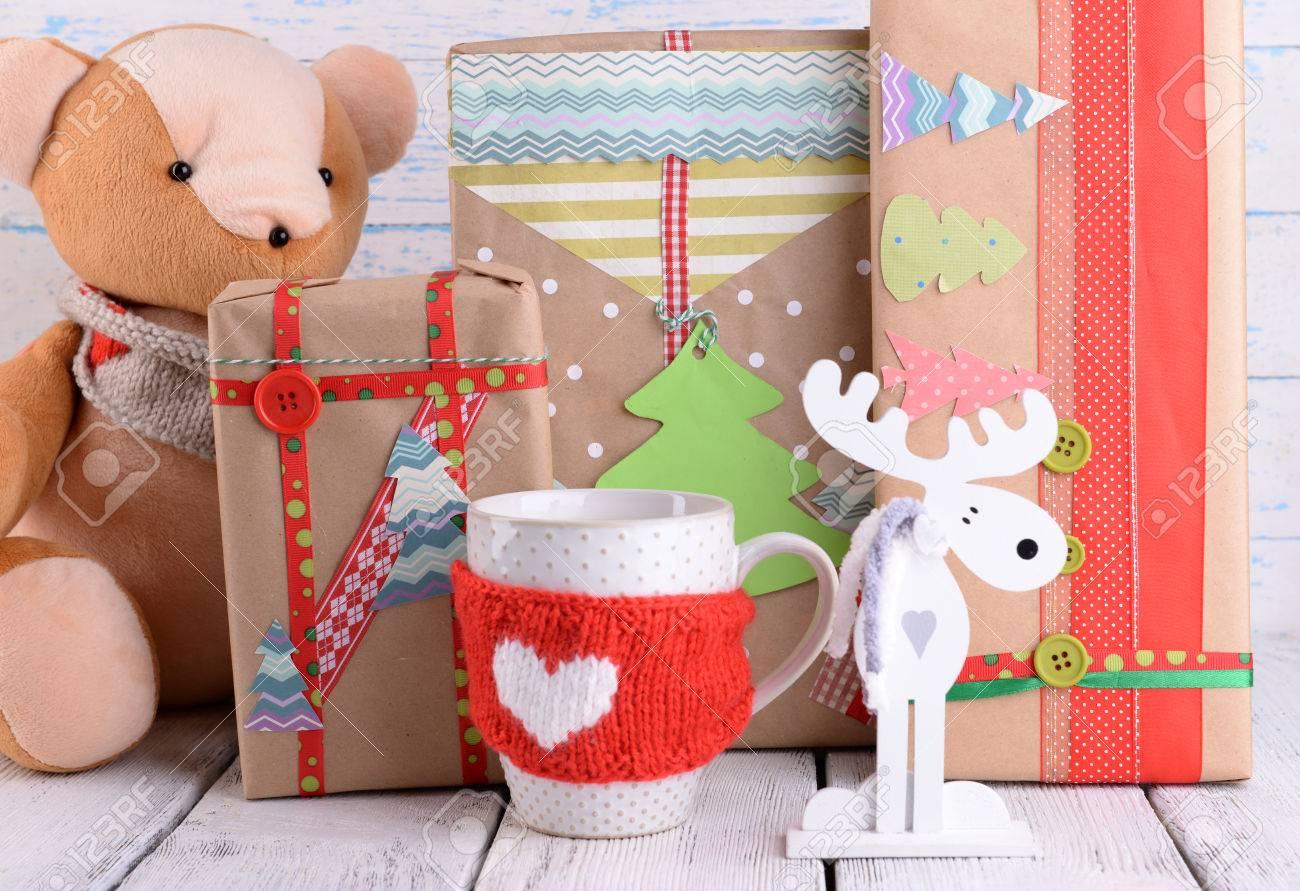 hechos a mano los regalos de navidad con sobre fondo de madera foto de archivo