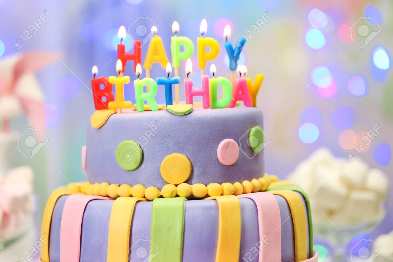 Leckere Geburtstagskuchen Auf Glanzenden Hellen Hintergrund