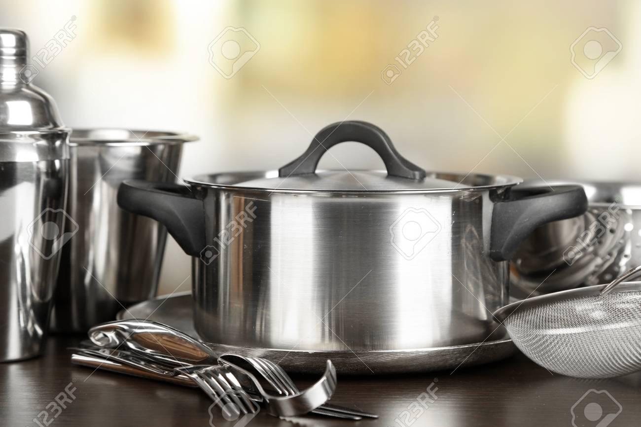 Utensilios De Cocina De Acero Inoxidable En La Mesa, Sobre Fondo ...