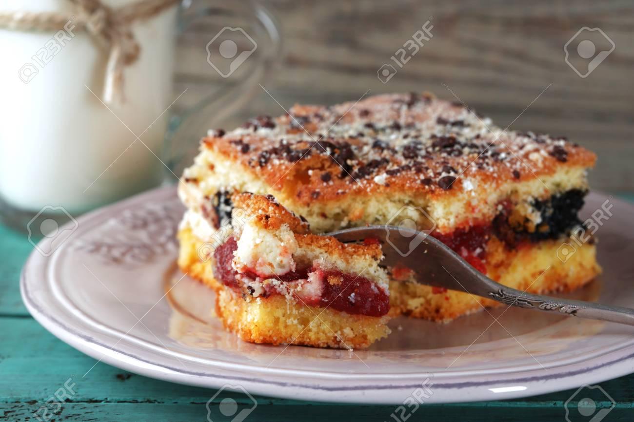 Hausgemachte Kuchen Mit Marmelade Schokolade Und Ein Glas Milch Auf