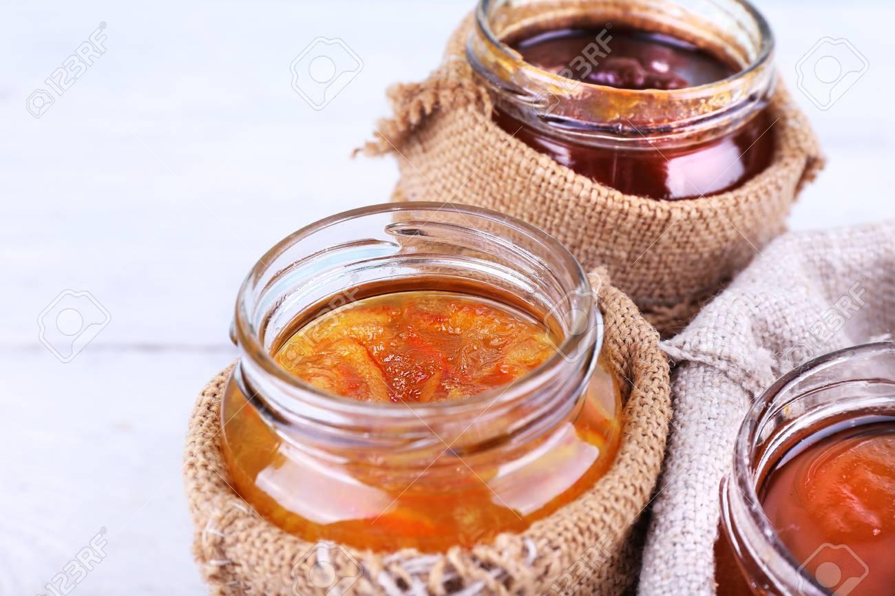 Gläser Selbstgemachte Marmelade Von Früchten In Den Leinwandbeuteln
