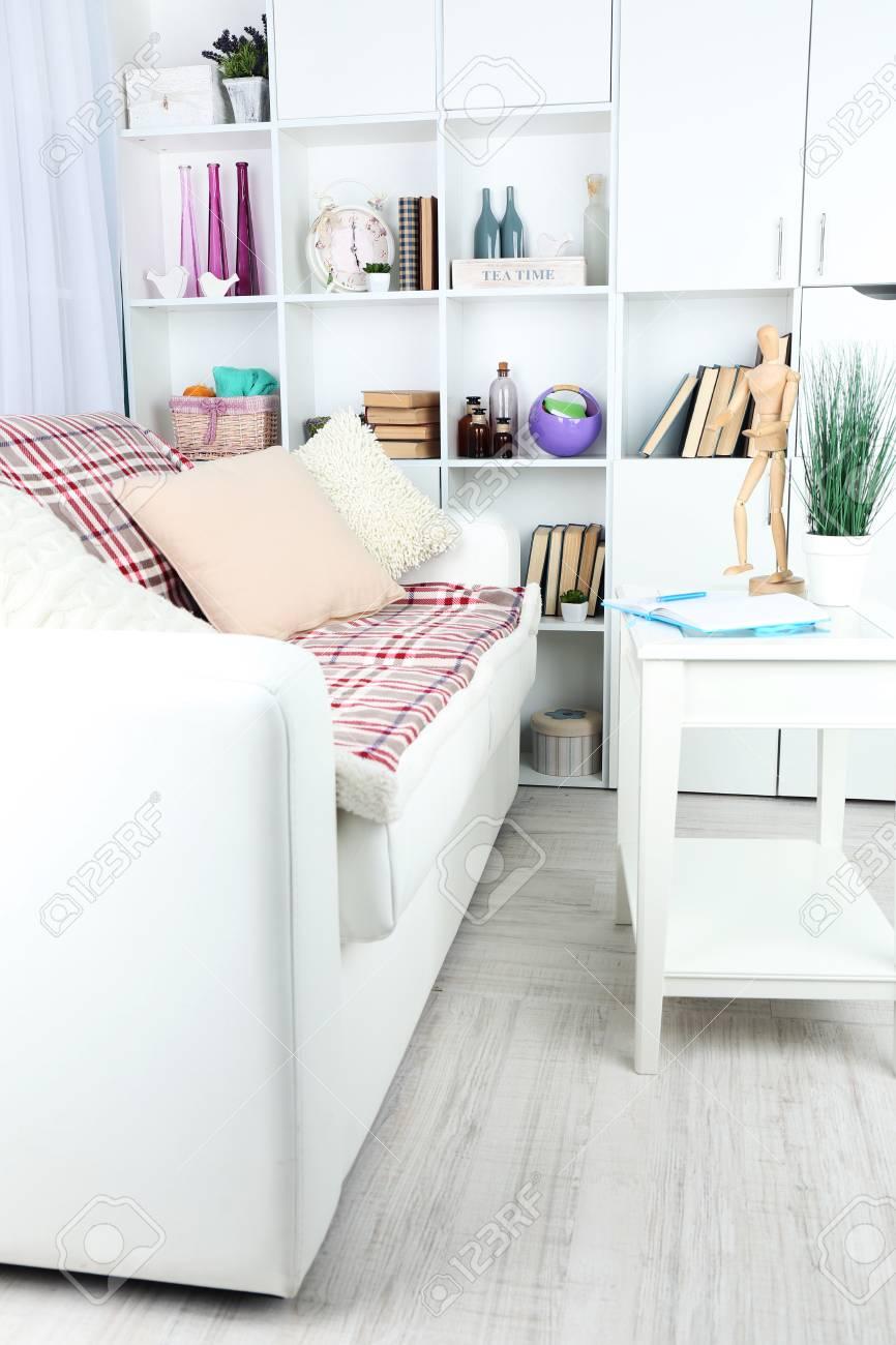 Moderne Innenarchitektur Wohnzimmer In Hellen Farben, In Innenräumen  Standard Bild   39388510
