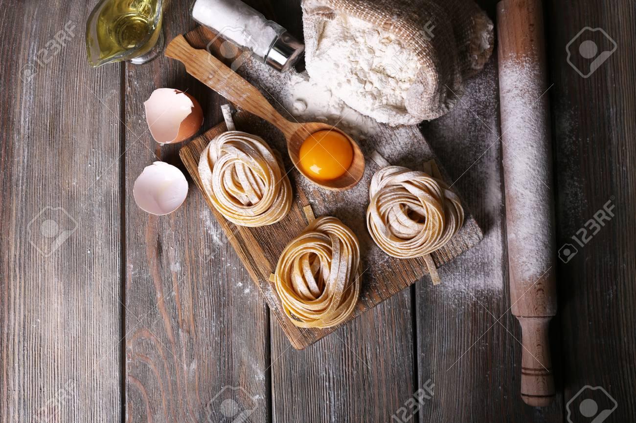 Raw Pasta Fatta In Casa E Gli Ingredienti Per La Pasta Su Di Legno