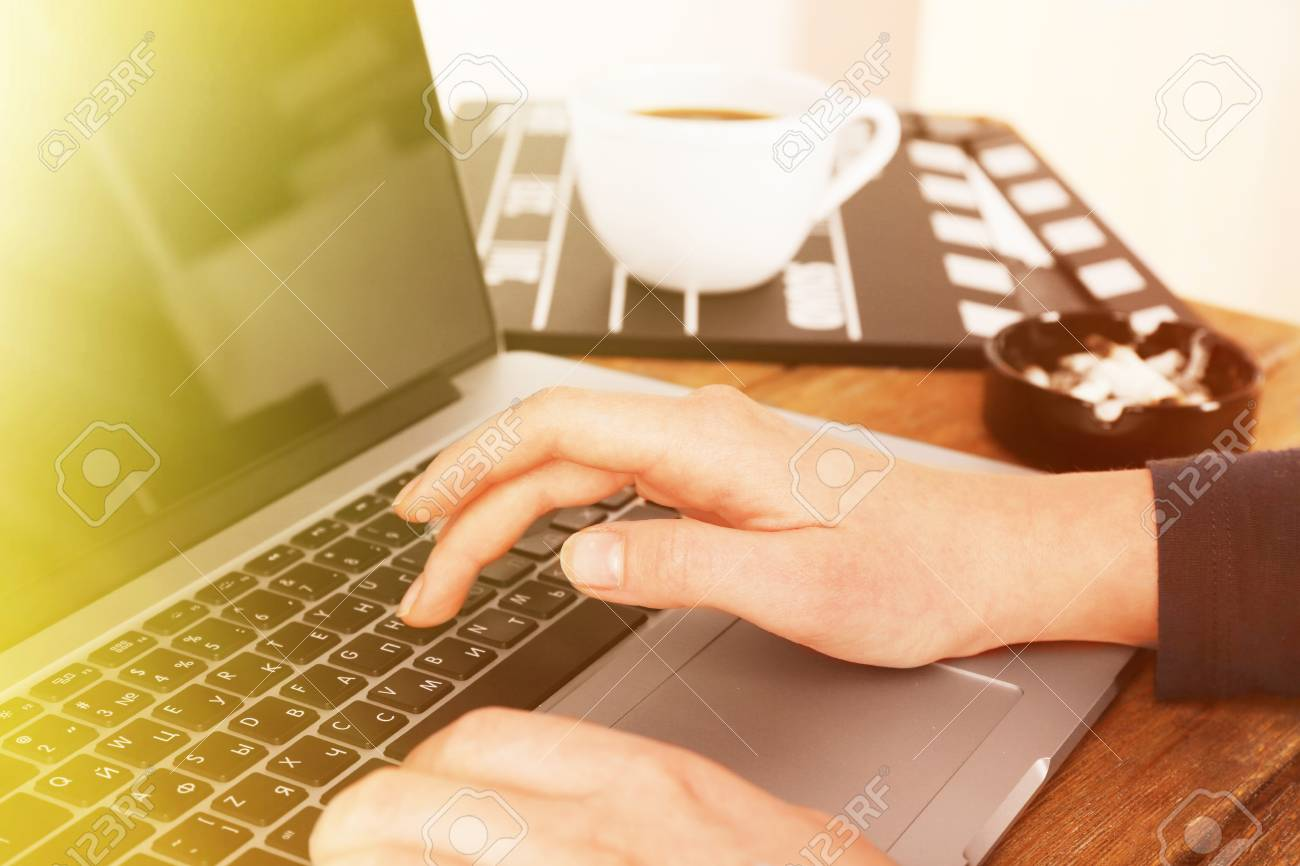 Weibliche Hände Der Drehbuchautorin Arbeitet Am Laptop Am