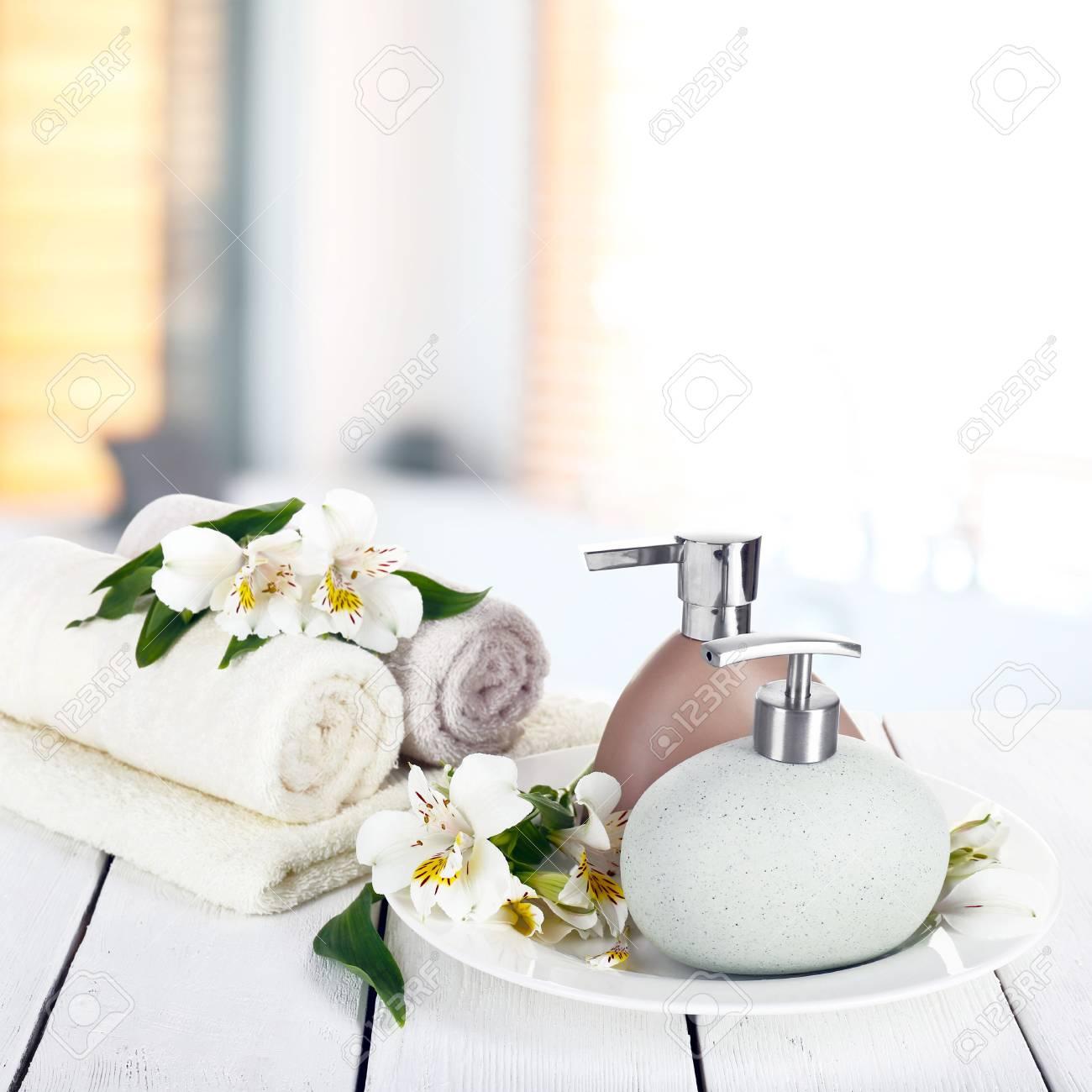 Weiche Tücher Mit Spender Und Blumen Im Badezimmer Lizenzfreie Fotos ...