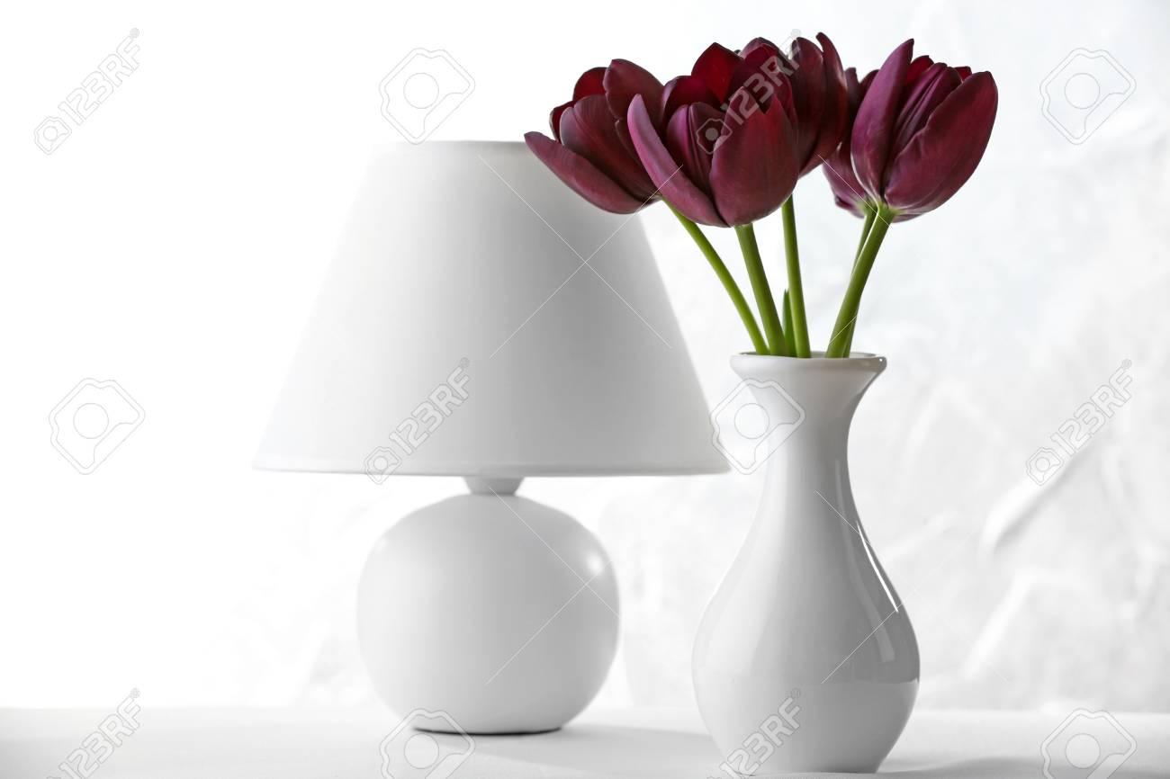 Lampada Fiore Tulipano : Bello tulipano viola in vaso con la lampada su priorità bassa chiara
