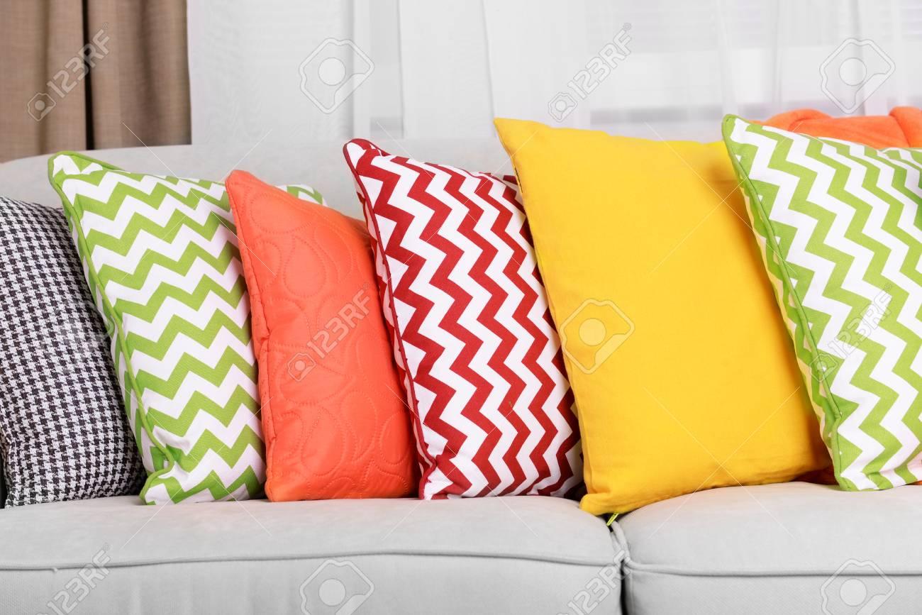 Sofa Mit Bunten Kissen Im Zimmer Lizenzfreie Fotos Bilder Und Stock