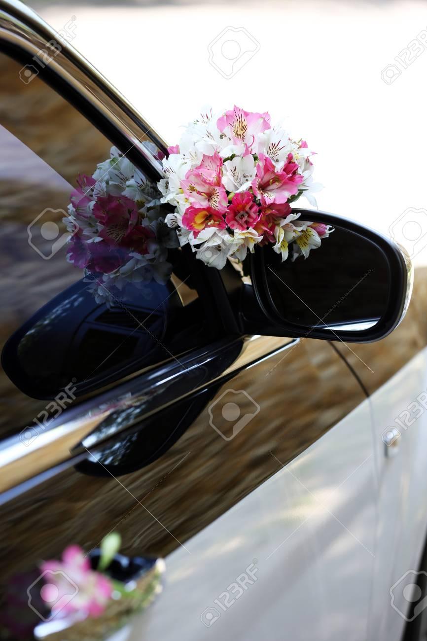 Schöne Blumen Auf Hochzeitsauto Lizenzfreie Fotos Bilder Und Stock