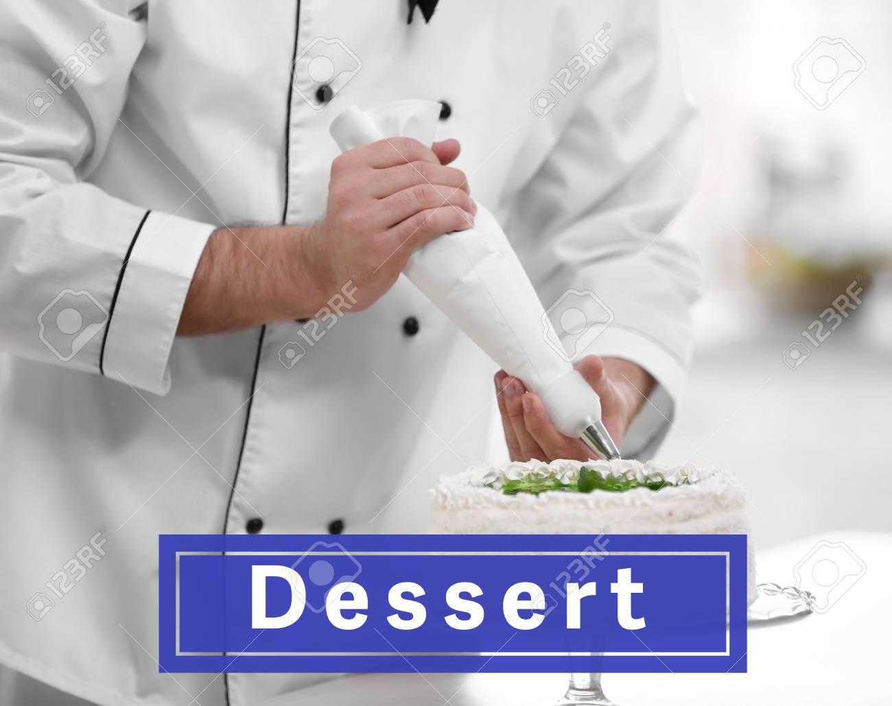 Mannliche Hande Die Kuchen Mit Sahne Verzieren Lizenzfreie Fotos