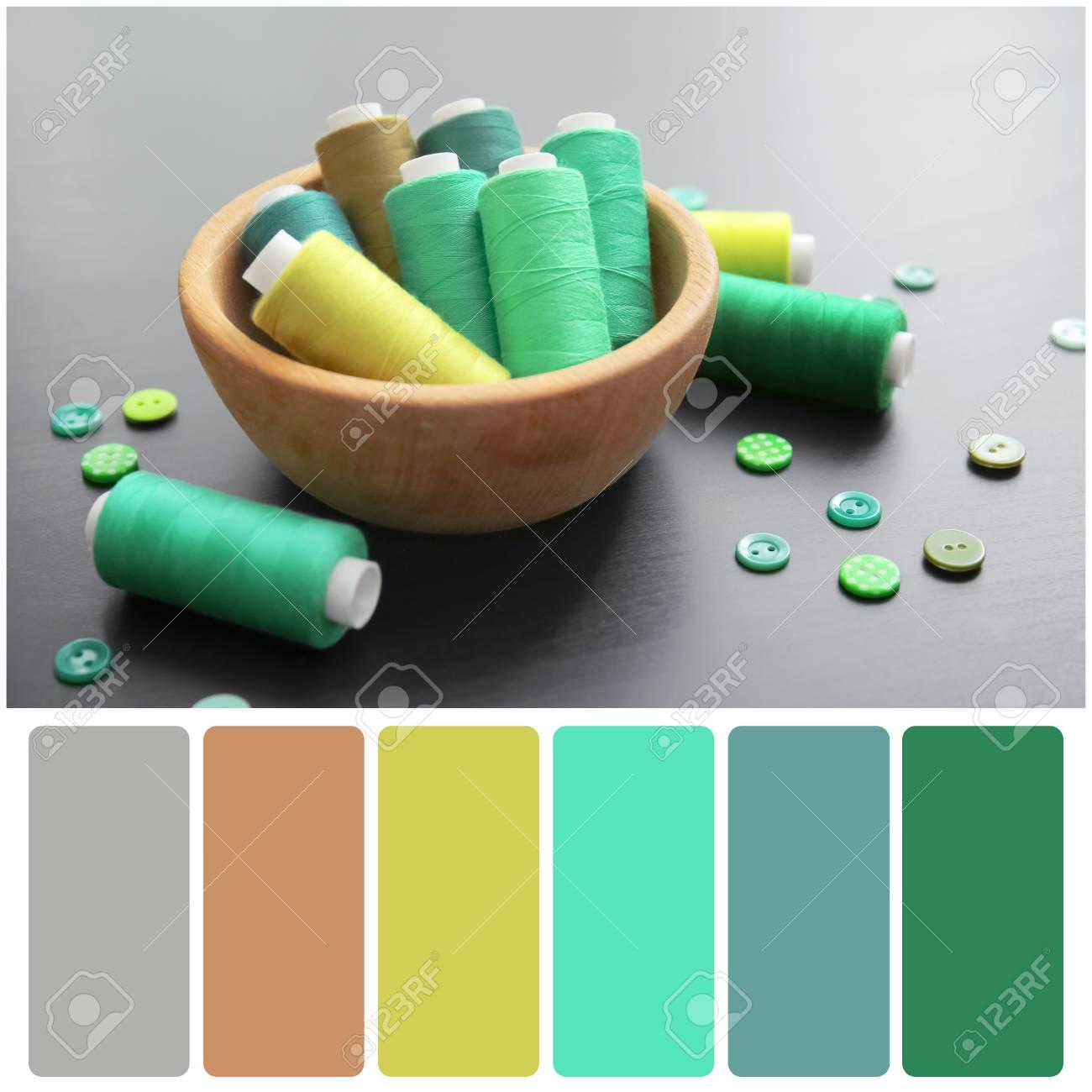 Farbpalette Und  Schüssel Mit Grünen Threads Und Knöpfen Auf Hölzernem  Hintergrund Standard Bild