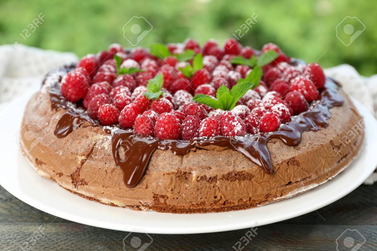 Kuchen Mit Schokoladenglasur Und Himbeeren Auf Holzernem Hintergrund