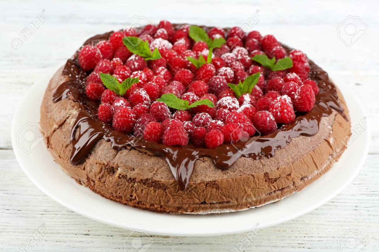 Kuchen Mit Schokoladen Glasur Und Himbeeren Auf Holzernem