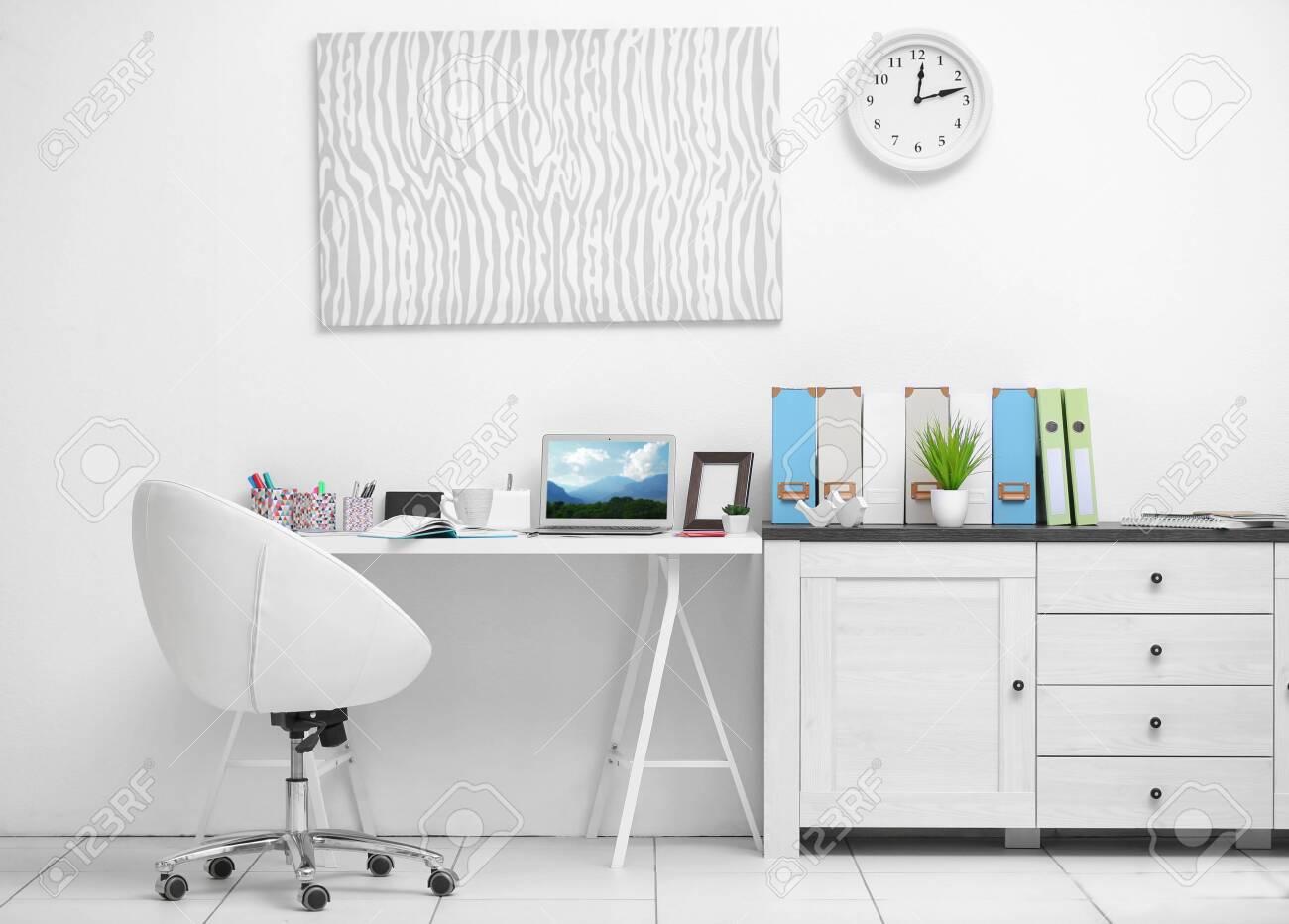 Stilvoller Heller Arbeitsplatz Im Buro Lizenzfreie Fotos Bilder Und Stock Fotografie Image 95683742
