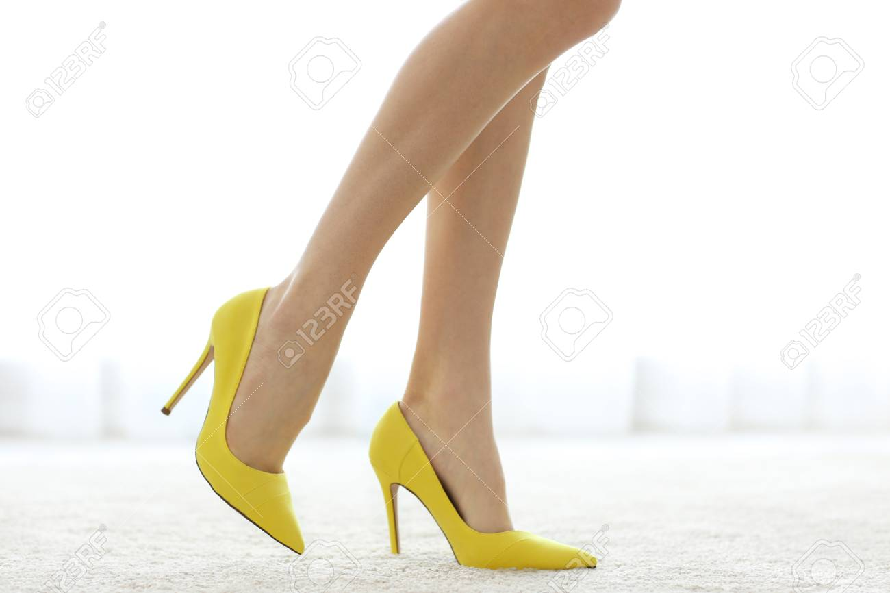 ef8be3c5931ee9 Immagini Stock - Woman Wearing Yellow High Heels. Image 96634390.