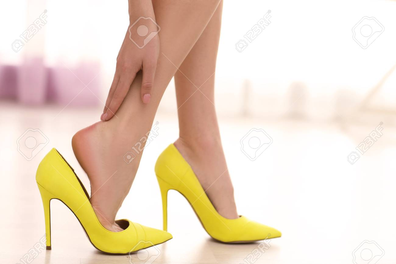 72adb1f6e10f7a Immagini Stock - Woman Taking Off Yellow High Heels Shoes. Image ...