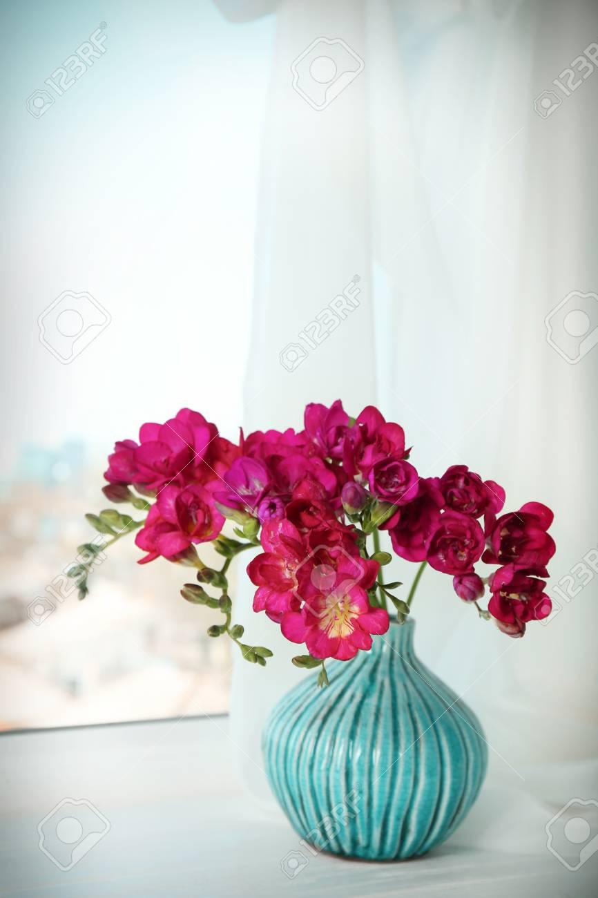 Vase Mit Schonen Blumen Auf Fensterbank Lizenzfreie Fotos Bilder