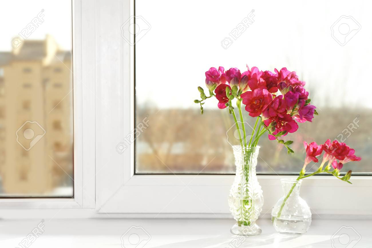 Vasen Mit Schonen Blumen Auf Fensterbank Lizenzfreie Fotos Bilder