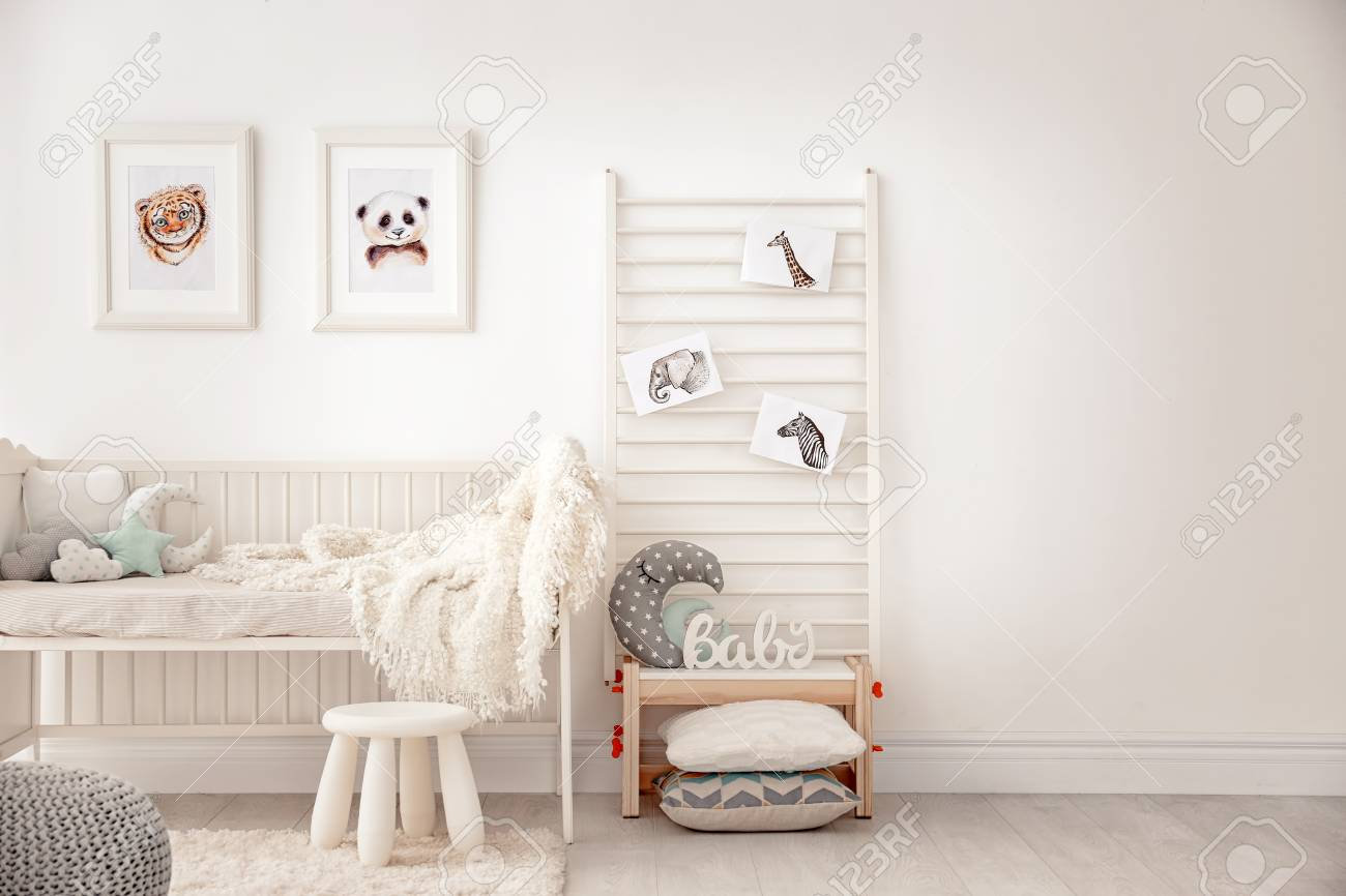 Baby bedroom decorated with pictures of animals - 102028981