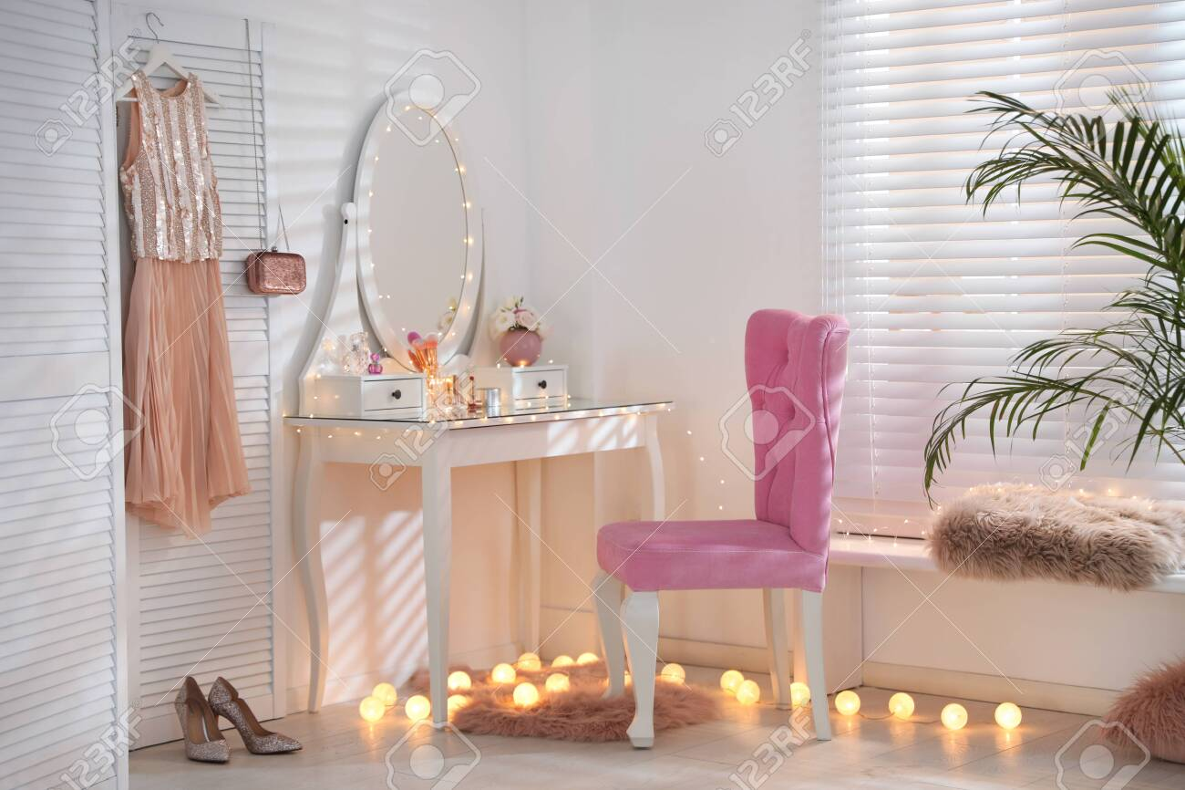 huge selection of 17dae f1840 Elegant dressing table with lights and pink chair in stylish..