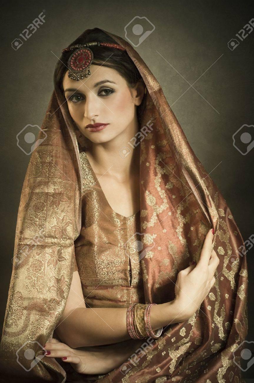 Bella ragazza bruna ritratto con costumi tradizionali. Stile indiano  Archivio Fotografico - 9372880