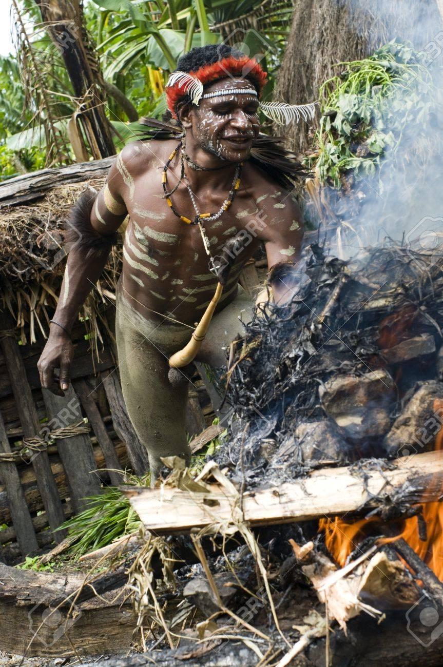 Nueva Guinea, Indonesia, 28 De Diciembre: Guerrero De Una Tribu No ...