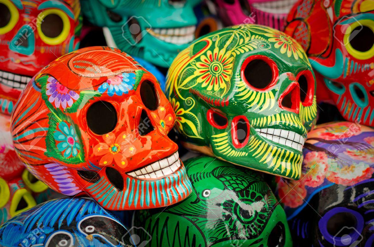 Calaveras De Colores Decoradas Símbolo De La Muerte De Cerámica En