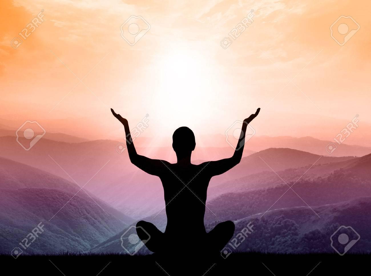Yoga Und Meditation. Silhouette Der Mann Auf Dem Berg. Lizenzfreie ...