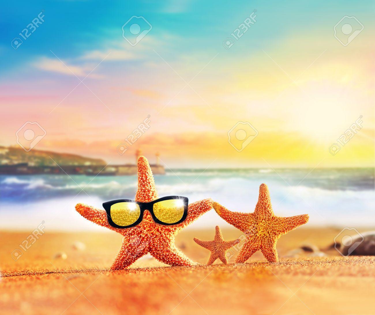 Plage D Ete Famille Starfish Des Lunettes De Soleil Sur La Partie Seashore Beach Banque D Images Et Photos Libres De Droits Image 49031962