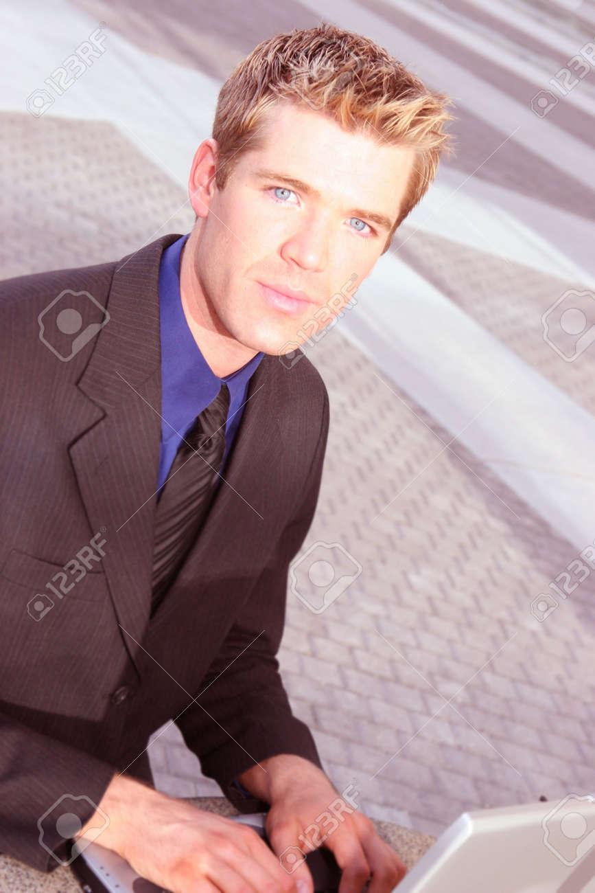 Pelo Rubio Ojos Azules Hombre De Negocios Esta Escribiendo En Su - Pelo-rubio-hombre