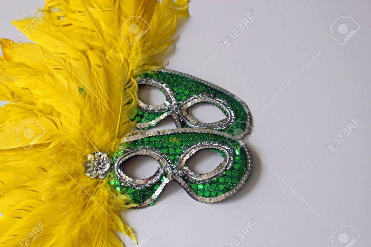 新しい年を象徴する黄色の羽グリ...