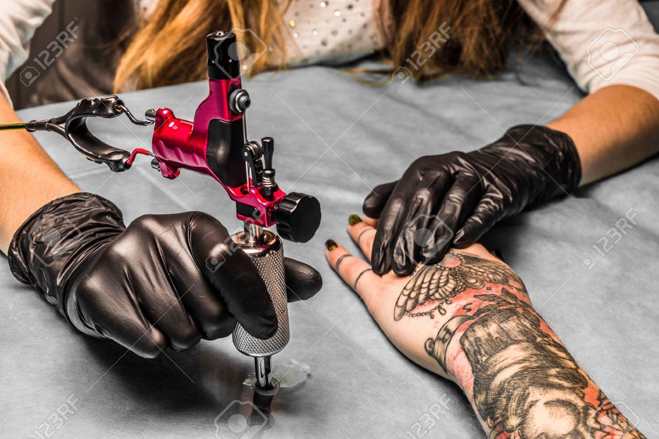 Tatoueur Prend Une Peinture Orange Pour Le Noir Et Le Rouge Tatouage