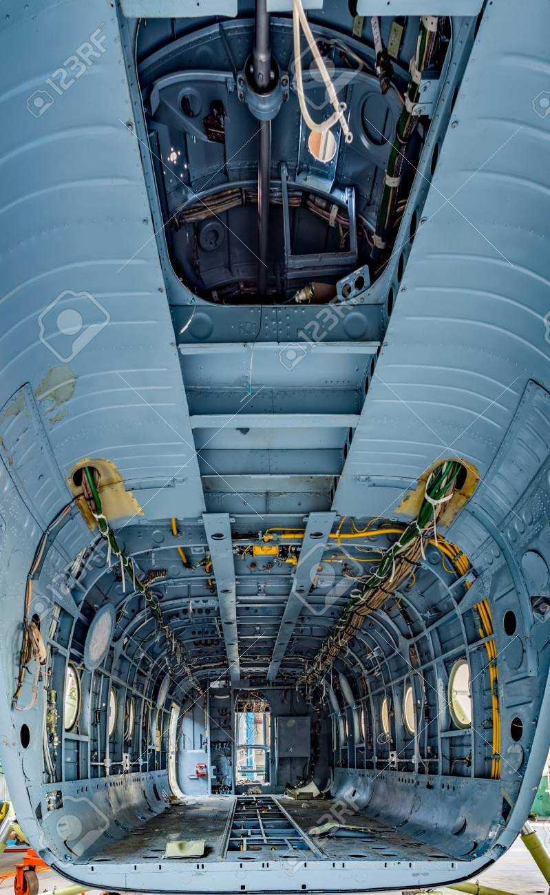 banque dimages cargo de lhlicoptre sans dtails internes siges et garnitures vue de lintrieur transport dans le hangar de laviation