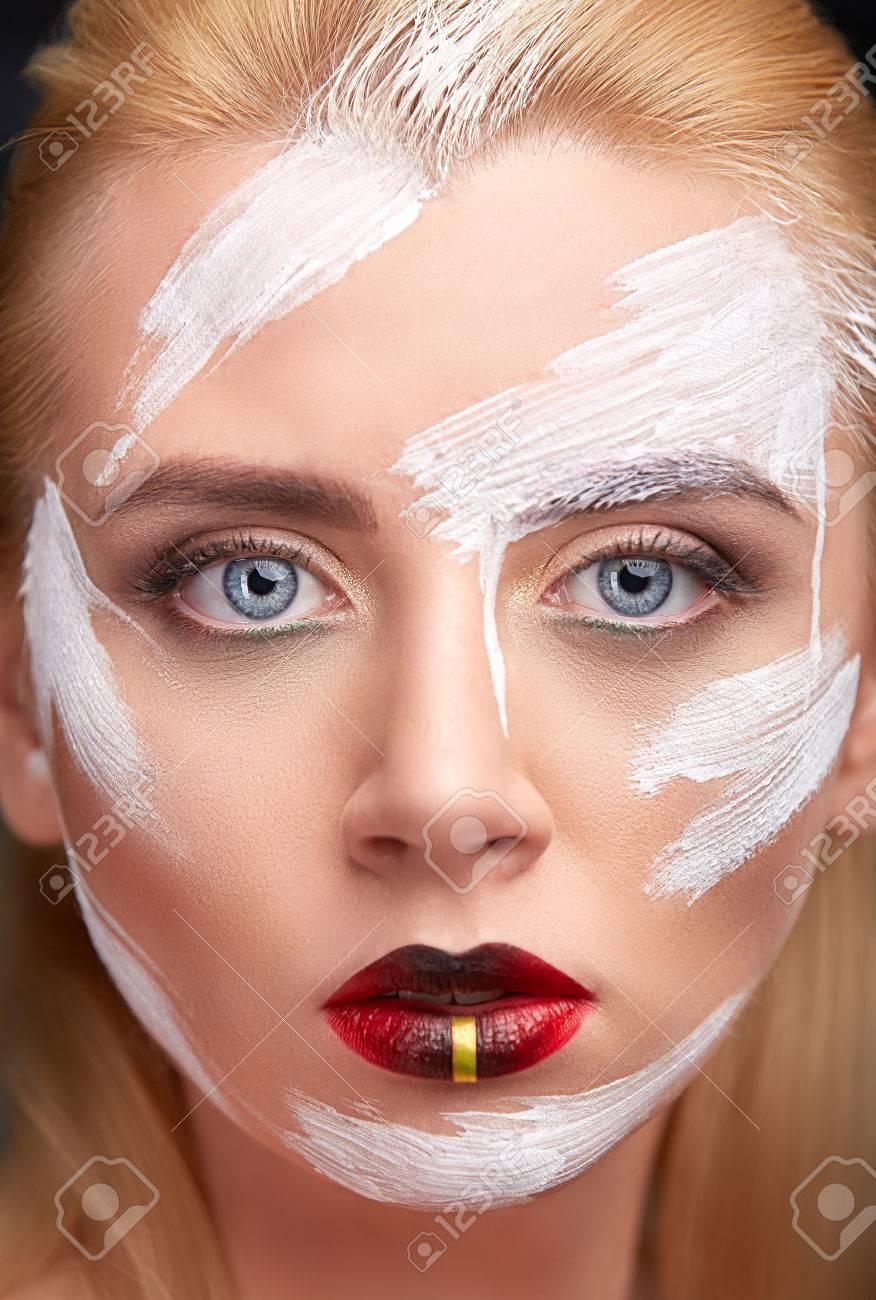 fdd96859d8b Banque d images - Portrait de jeune femme avec le maquillage créatif avec  des taches de peinture blanche. Gros plan d un visage d une jeune fille avec  ...