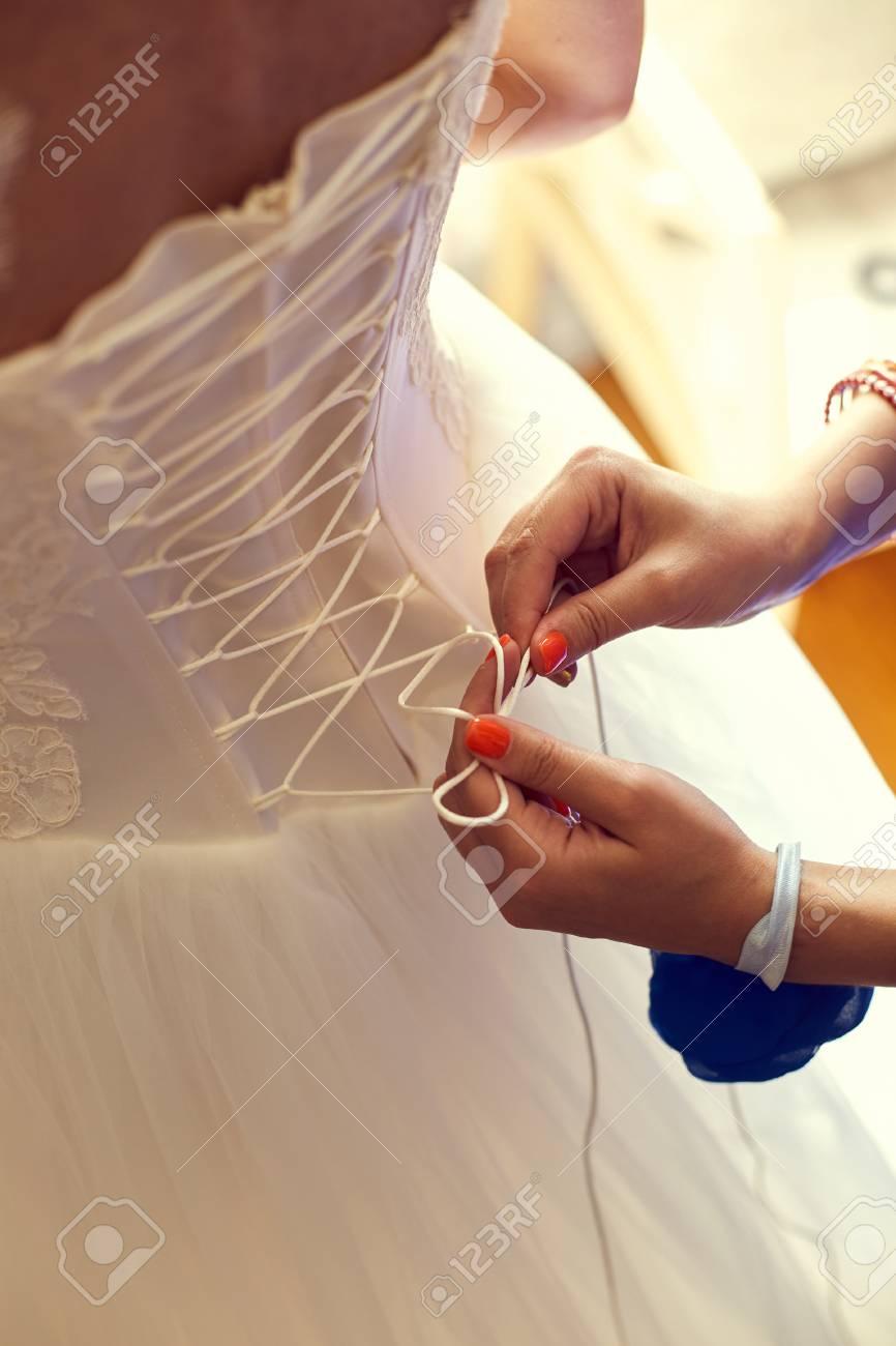 Nahaufnahme Getönten Foto Der Schönen Braut Binden Ihr ...