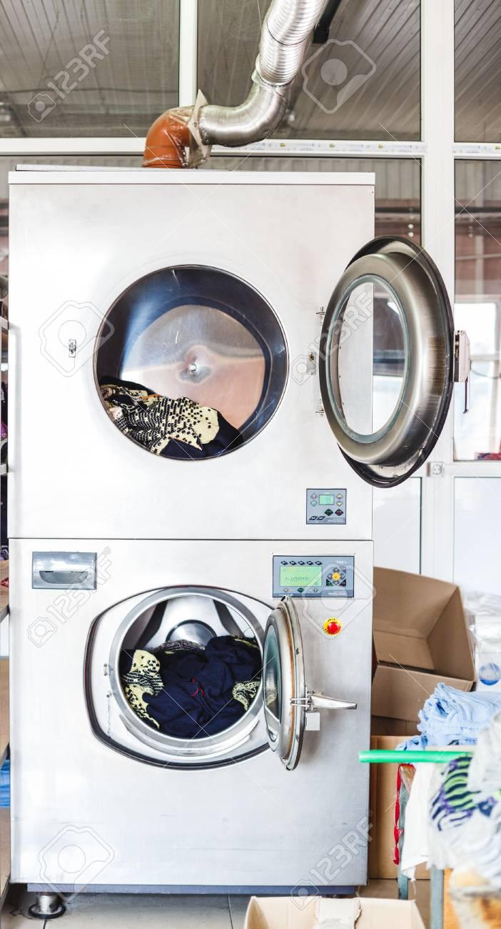Nettoyer Machine À Laver Le Linge services de nettoyage avec machine à laver industrielle avec linge.